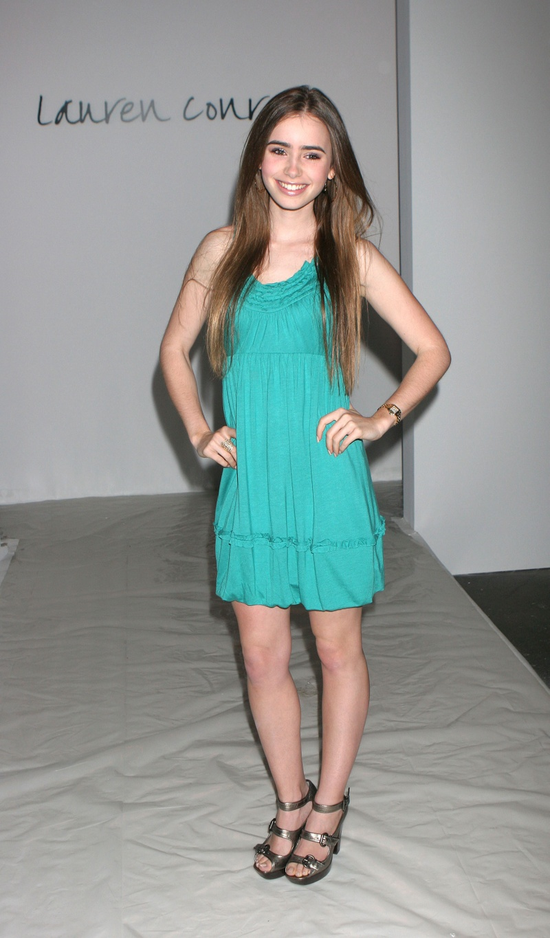 Lilly Collins Feet photo 15